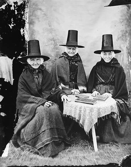 Welsh Women, c.1871. (via Llyfrgell Genedlaethol Cymru/The National Library of Wales)