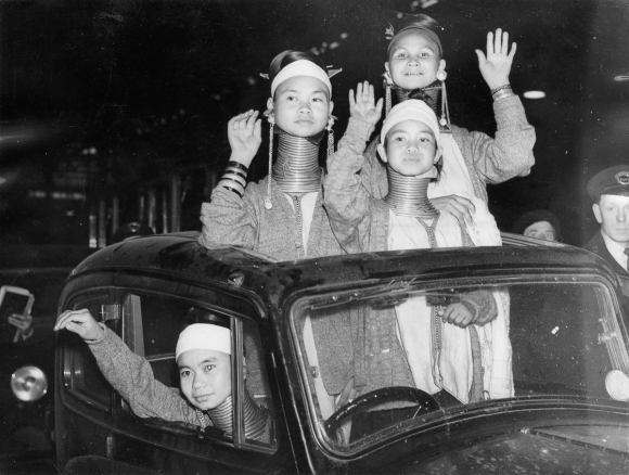 "Vier ""Giraffenfrauen"" aus Burma bei ihrer Ankunft in London, Victoria Station. Photographie. England. 1. 4. 1936. Four Padaung-women from Burma at their arrival in London, Victoria Station. Photograph. England. April 1st 1936."